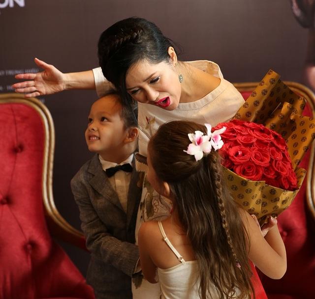 Nữ ca sĩ hạnh phúc khi con gái mang hoa đến tặng cho mẹ.