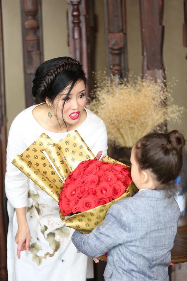 Bé Tôm cũng khiến nữ ca sĩ ngạc nhiên khi mang cho mẹ bó hoa hồng tươi thắm