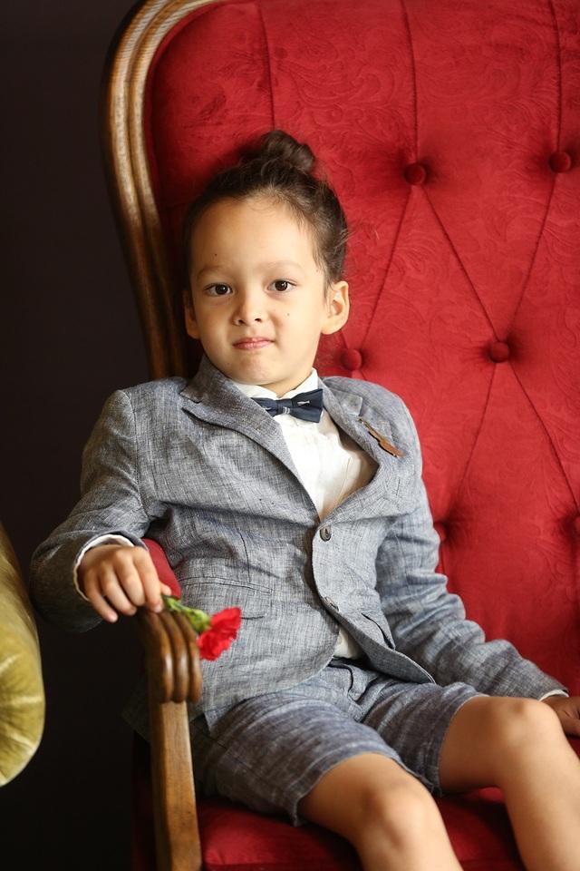 Cậu bé thể hiện nét đẹp của cả bố lẫn mẹ và thể hiện cá tính từ bé
