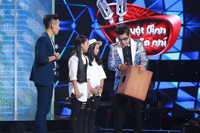 Trước sự tận tình của HLV Thanh Bạch, 2 cô bé quyết định về đội Thanh Bạch - Đoan Trang.