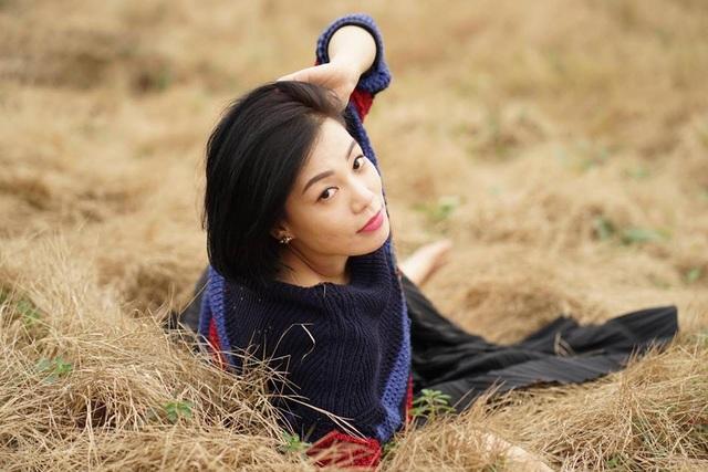 Vợ của diễn viên Xuân Bắc khá thoải mái khi tạo dáng giữa đồng cỏ để chồng trổ tài phó nháy