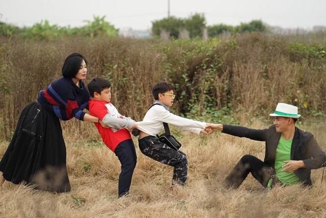 Hai vợ chồng khá vui vẻ khi chơi đùa cùng 2 cậu con trai trong chuyến đi lần này