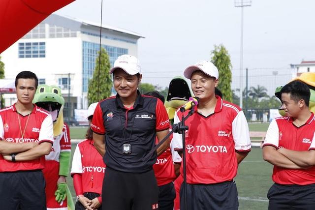Cựu tuyển thủ Nguyễn Hồng Sơn (giữa) cùng ban huấn luyện sẽ chọn ra 30 gương mặt đại diện cho miền Bắc từ gần 800 thí sinh đăng kí dự tuyển