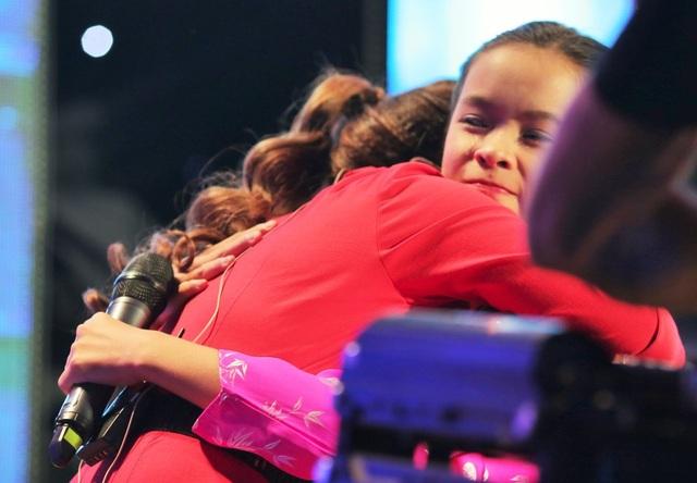 Sau lời tâm sự chân thành đó, cô giáo Bình Tinh chính thức đón cô học trò nhỏ về đội bằng một cái ôm đầy tình cảm.