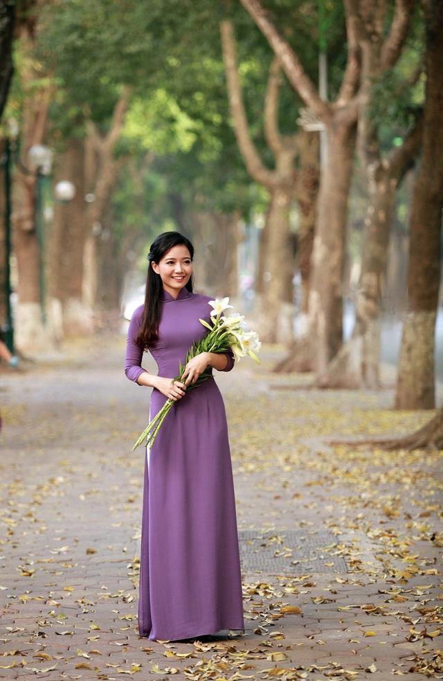 Nhiều người nhận xét, cô giáo Phan Hồng Anh có gương mặt xinh đẹp và thần thái không thua kém gì hoa hậu