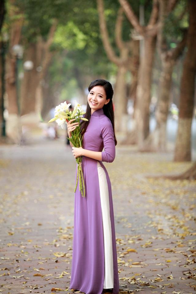 Cô giáo Phan Hồng Anh rất nổi tiếng trên mạng xã hội. Facebook cá nhân của cô giáo tài năng duyên dáng này có hơn 5.000 lượt follow.