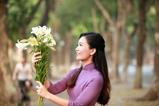 """""""Giáo viên hoa khôi"""" trường Ams khoe sắc với hoa loa kèn - 9"""