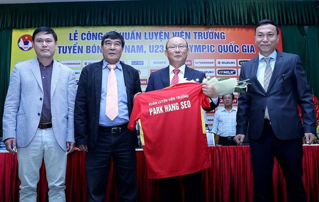 Ông Park Hang Seo chính thức đặt bút ký hợp đồng với VFF - Ảnh: Gia Hưng