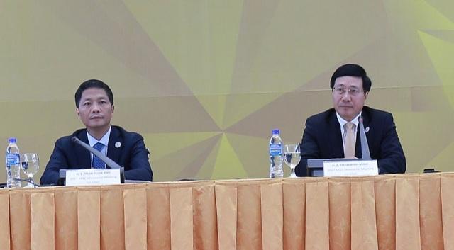 Phó Thủ tướng, Bộ trưởng Ngoại giao Phạm Bình Minh và Bộ trưởng Công Thương Trần Tuấn Anh chủ trì họp báo quốc tế chiều 9/11 về AMM