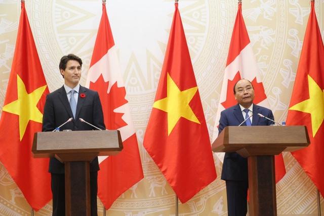 Hai Thủ tướng Canada Justin Trudeau và Thủ tướng Nguyễn Xuân Phúc trong cuộc họp báo chiều nay (8/11).