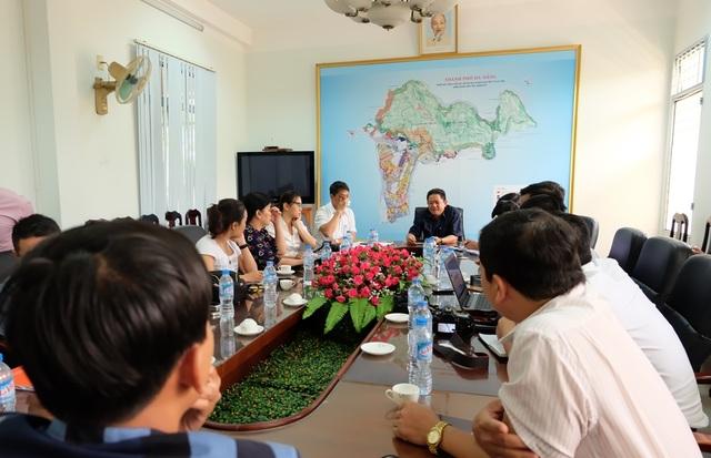 UBND quận Sơn Trà (Đà Nẵng) họp báo thông tin một góc bán đảo Sơn Trà đang bị đào xới được xác định là công trình của dự án khu du lịch sinh thái biển Tiên Sa
