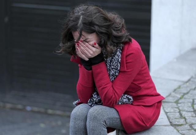 Một cựu nhân viên của hộp đêm Reina khóc nức nở sau vụ thảm sát (Ảnh: Reuters)