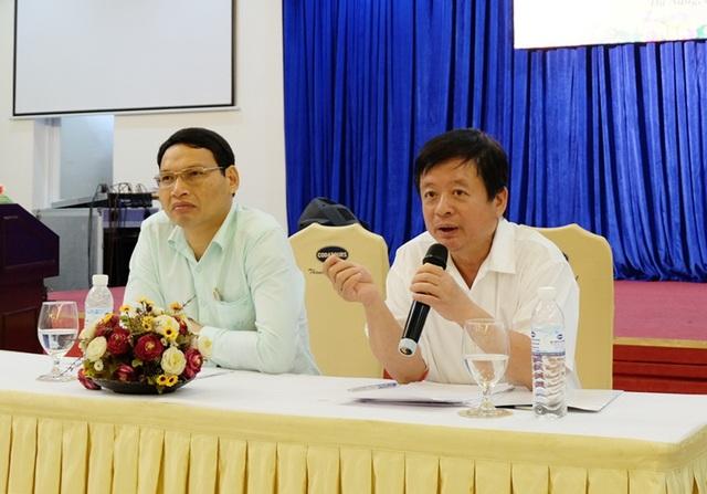 Nhạc sĩ Đỗ Hồng Quân - Chủ tịch Hội Nhạc sĩ Việt Nam (bên phải) và ông Hồ Kỳ Minh - Phó Chủ tịch UBND TP. Đà Nẵng chủ trì họp báo Liên hoan Âm nhạc khu vực Nam Trung Bộ và Tây Nguyên