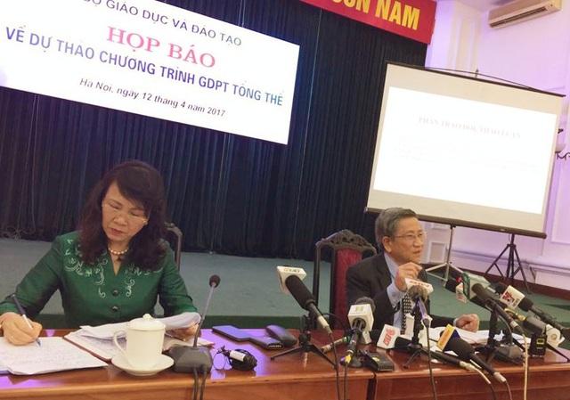 Thứ trưởng Bộ GD& ĐT Nguyễn Thị Nghĩa và GS.TS Nguyễn Minh Thuyết tại buổi họp báo công bố dự thảo chương trình giáo dục phổ thông tổng thể.