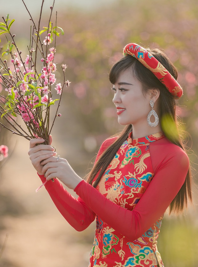 Một hình ảnh khác của Hải Thu trong trang phục áo dài truyền thống của người phụ nữ Việt Nam.
