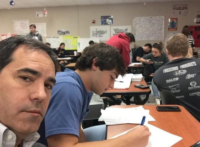 Ông bố rất ngầu đến lớp ngồi cạnh con để thực hiện lời đã hứa.