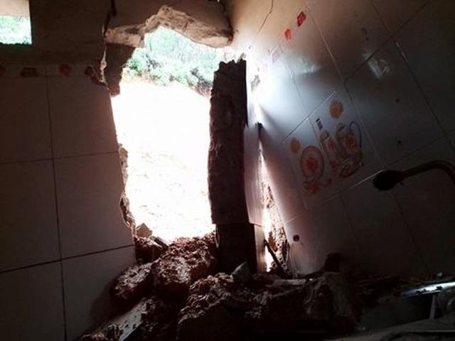 Nhà ông Lê Văn Lợi (ở thôn 9, xã Sơn Giang) bị sập do đất lở