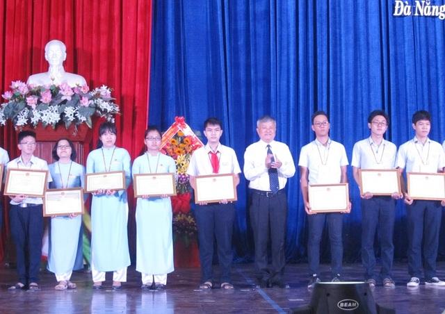Các học sinh Đà Nẵng có thành tích xuất sắc trong năm học 2016 - 2017 vừa được tuyên dương, khen thưởng