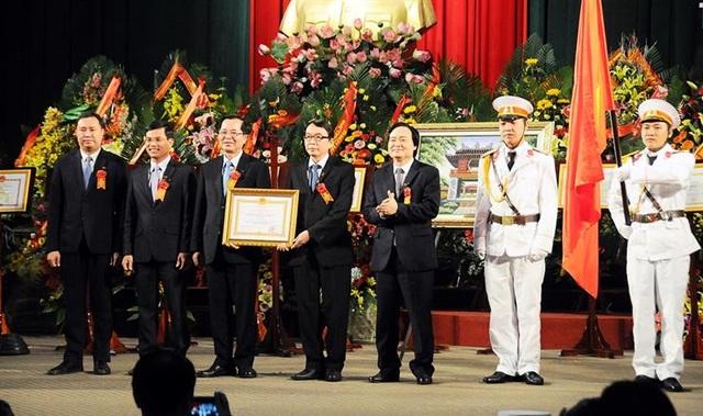 Đại học Huế đón nhận Huân chương Lao động hạng nhất.
