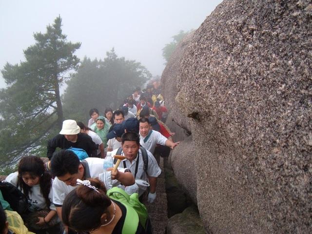 Du khách chen chúc nhau lên núi Hoàng Sơn vào dịp nghỉ lễ