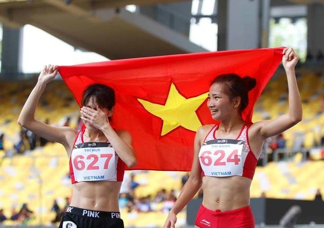 Phạm Thị Huệ (trái) bật khóc khi giành HCB, cô về ngay sau đồng đội Nguyễn Thị Oanh, ảnh: Q.H