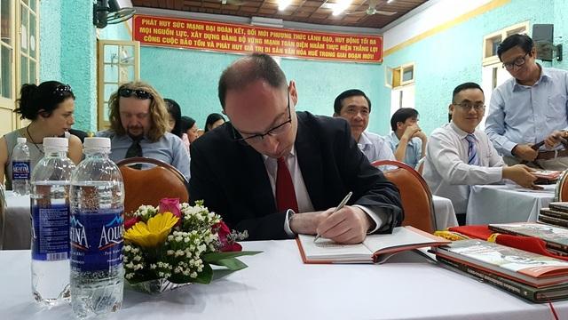 Ông Jacek Sygmunt Matuszakm ký tặng sách