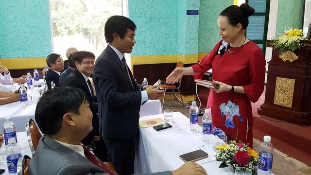 Bà Barbara Szymanowska, Đại sứ Đặc mệnh toàn quyền nước Cộng hòa Ba Lan tại Việt Nam tặng sách về Kazik cho ông Nguyễn Văn Phương, Phó Chủ tịch UBND tỉnh Thừa Thiên Huế