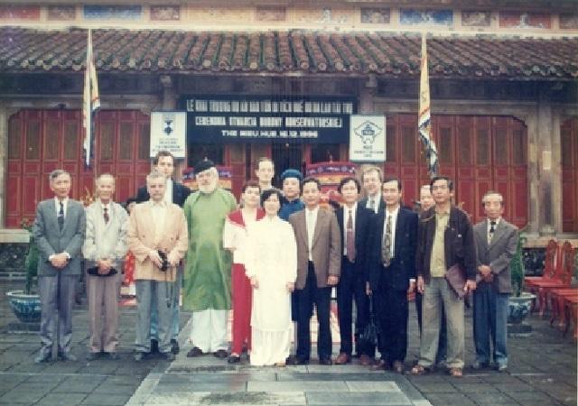 Buổi lễ khởi công dự án trùng tu, tu bổ Thế Tổ Miếu - Đại Nội Huế do Chính phủ Ba Lan tài trợ ngày 16/12/1996 (Ảnh tư liệu do Trung tâm Bảo tồn Di tích Cố đô Huế cung cấp)