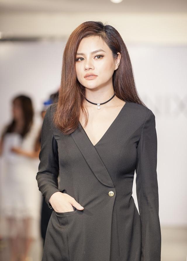 Vũ Thu Phương xuất hiện ấn tượng cùng trang phục đen quyến rũ.