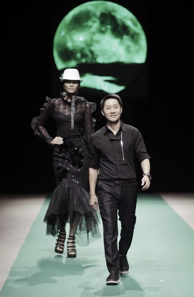 Hùng Việt kết màn đêm đầu tiên ready to wear trong nỗi thao thức của người sành thời trang. BST có sức nặng của sự đầu tư nghiêm túc về tư duy thiết kế.