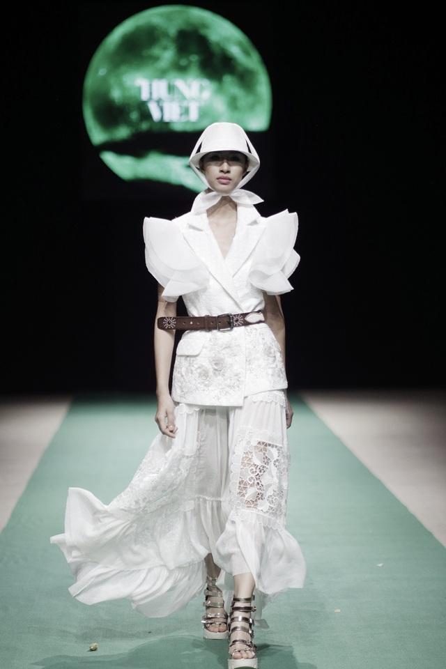Luôn tạo cho mình một dòng chảy chung và luôn tìm cách khác hơn một chút với dòng chảy này. NTK Hùng Việt luôn là niềm tin của những người có ý thức về phong cách.