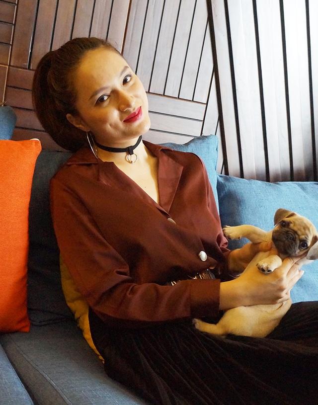 Nữ ca sĩ bên cạnh chú cún đáng yêu của mình