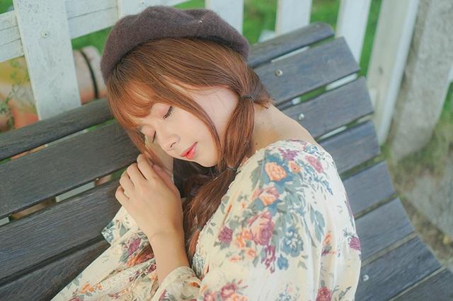 """Tháng 12/2013, Lê Lý Lan Hương bắt đầu """"có tiếng"""" trên mạng xã hội nhờ bức ảnh thẻ xinh đẹp như búp bê. Cũng từ đó, biệt danh """"búp bê ảnh thẻ"""" theo cô cho tới tận bây giờ."""