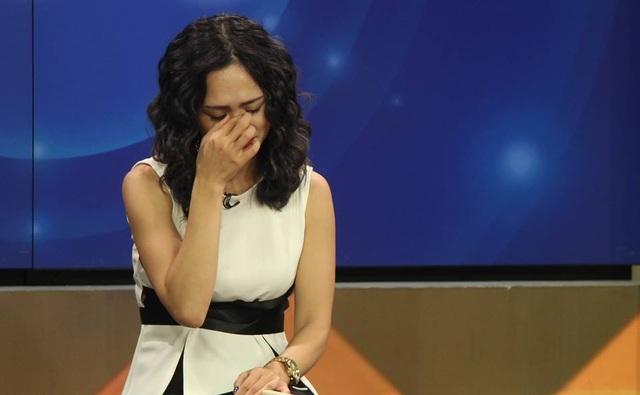 Thúy An xúc động bật khóc trên sóng truyền hình khi được đề nghị gửi lời nhắn đến chồng. Ảnh: BTVV.
