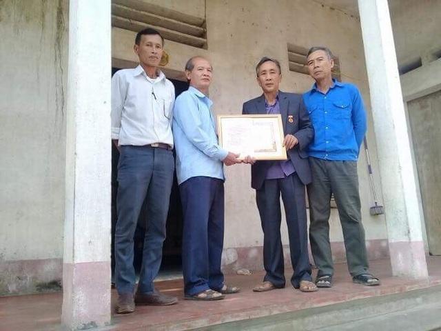 Ông Tống Minh Đức, Phó Bí thư Đảng ủy xã Phúc Sơn, trao tặng Huy hiệu 30 năm tuổi Đảng cho ông Hàn Đức Long