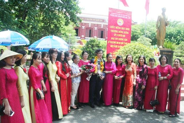 Trương Đông Hưng bên các cô giáo