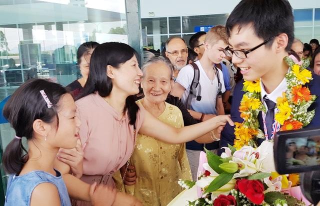 Mẹ, bà ngoại và em gái chào mừng Trương Đông Hưng đạt huy chương vàng đầy vinh dự trở về