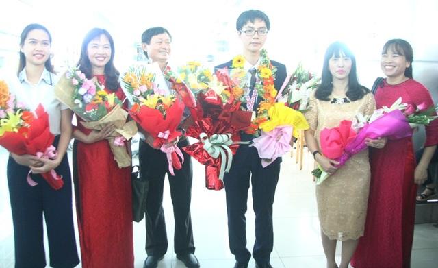 Trương Đông Hưng nhận hoa chúc mừng các thầy cô giáo trường THPT chuyên Quốc Học Huế tại sân bay Phú Bài