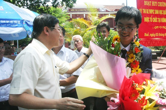 TS. Phạm Văn Hùng, Giám đốc Sở GD-ĐT tỉnh Thừa Thiên Huế chúc mừng em