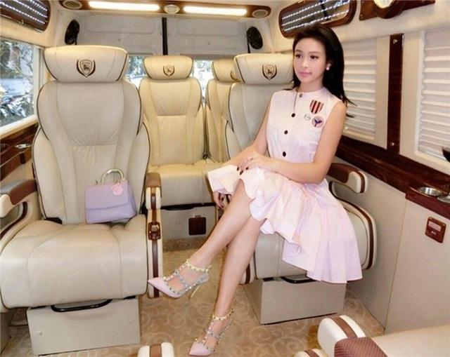 Rút khỏi showbiz, Huyền Baby tận hưởng những chuyến du lịch sang chảnh cùng gia đình chồng, cô sở hữu hàng loạt đồ hiệu, trang phục, túi xách, giày dép xa xỉ.