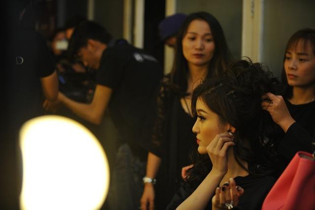 Người đẹp cho biết, cũng nhân dịp này, cô quan sát thêm cách trang điểm của các chuyên gia để có thể tự hoàn thiện kĩ năng tham gia cuộc thi Hoa hậu Hòa bình thế giới 2017.