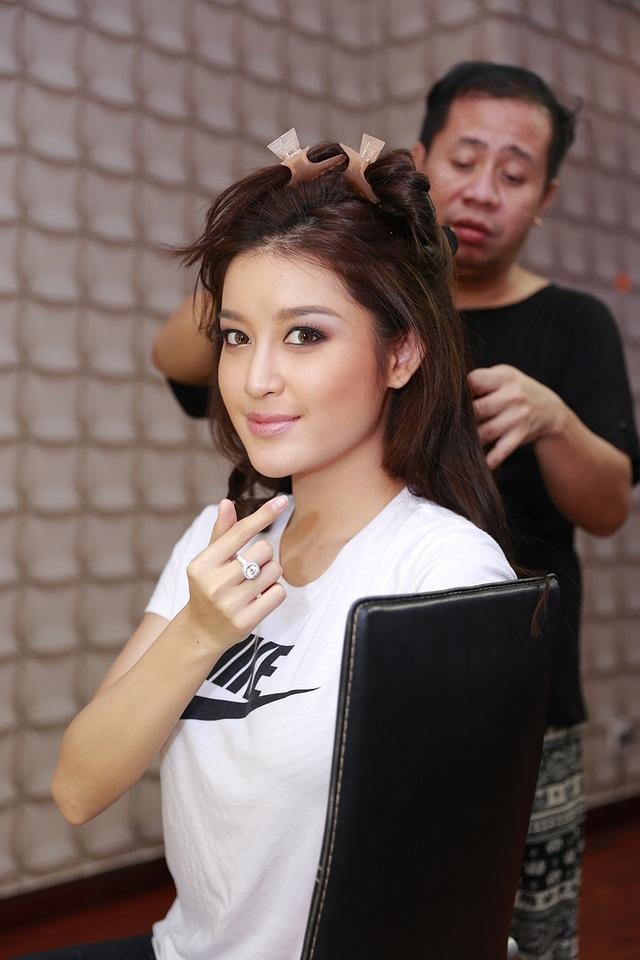 Huyền My được dạy về make up và làm tóc để chủ động hơn trong cuộc thi tới.