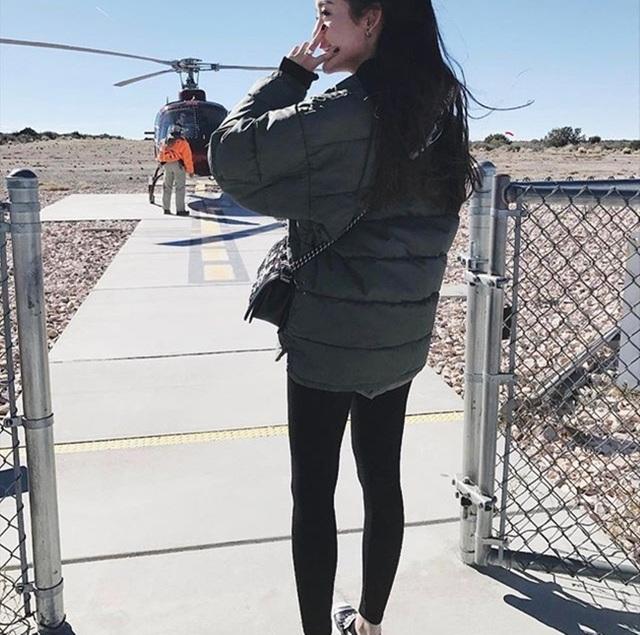 Huyền My thích thú với lần đầu đi trực thăng.