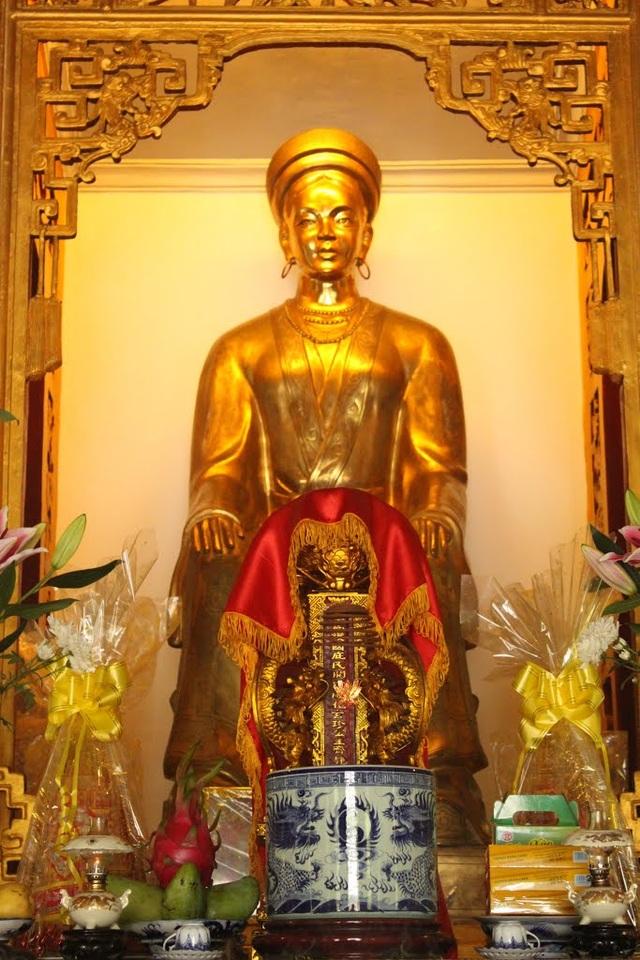 Tượng Huyền Trân công chúa trong đền thờ Huyền Trân công chúa ở Huế. Ảnh: TL.