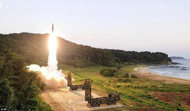 Một vụ thử nghiệm tên lửa Hyunmoo II của Hàn Quốc (Ảnh: AP)