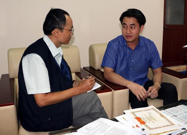 Ông Huỳnh Thanh Phong, Giám đốc Sở Công Thương Hậu Giang (phải) trả lời phỏng vấn phóng viên TTXVN. (Ảnh: Duy Khương - TTXVN)