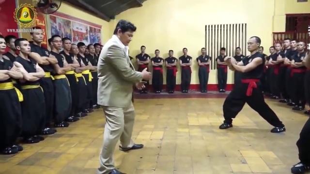 Võ sư Huỳnh Tuấn Kiệt biểu diễn nội công thâm hậu