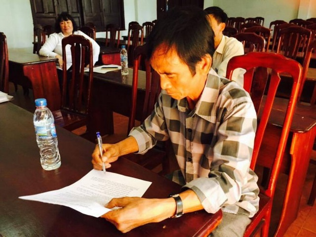 Ông Huỳnh Văn Nén ký nhận quyết định bồi thường (ảnh: Quang Nam)