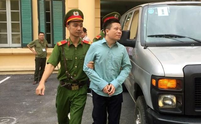 Hà Văn Thắm được dẫn giải đến tòa.