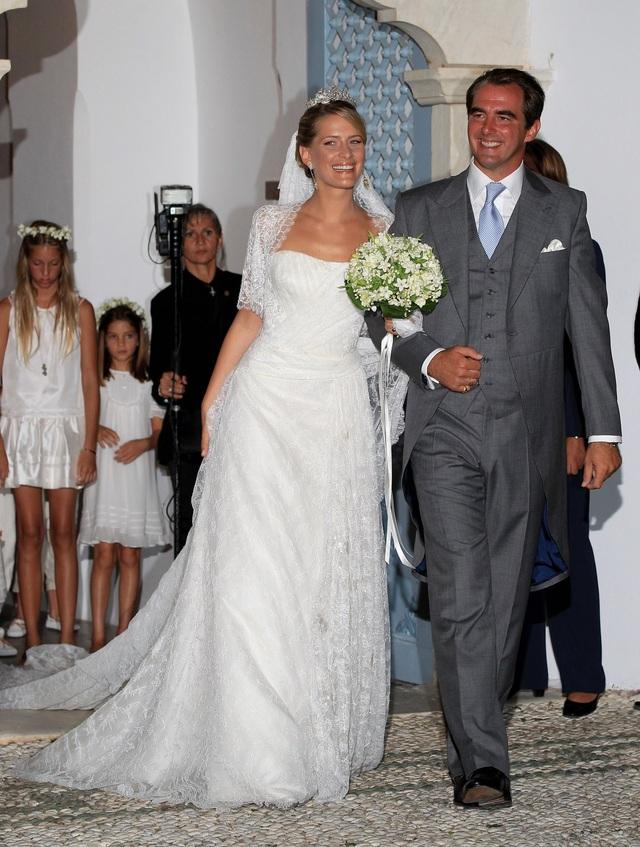 Hoàng tử Nikolaos của Hy Lạp và hôn thê Tatiana Blatnik rạng rỡ trong đám cưới được tổ chức tại Spetses, Hy Lạp năm 2010. Cô dâu Tatiana đã chọn váy cưới của nhà thiết kế Venezuela Angel Sanchez. (Ảnh: Getty)